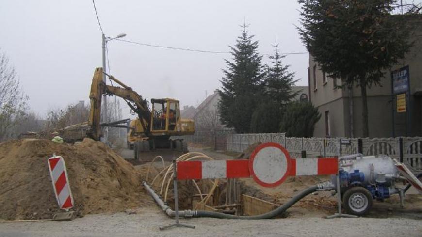 Trwa budowa kanalizacji sanitarnej w rejonie ulic Starczanowskiej i Dworcowej